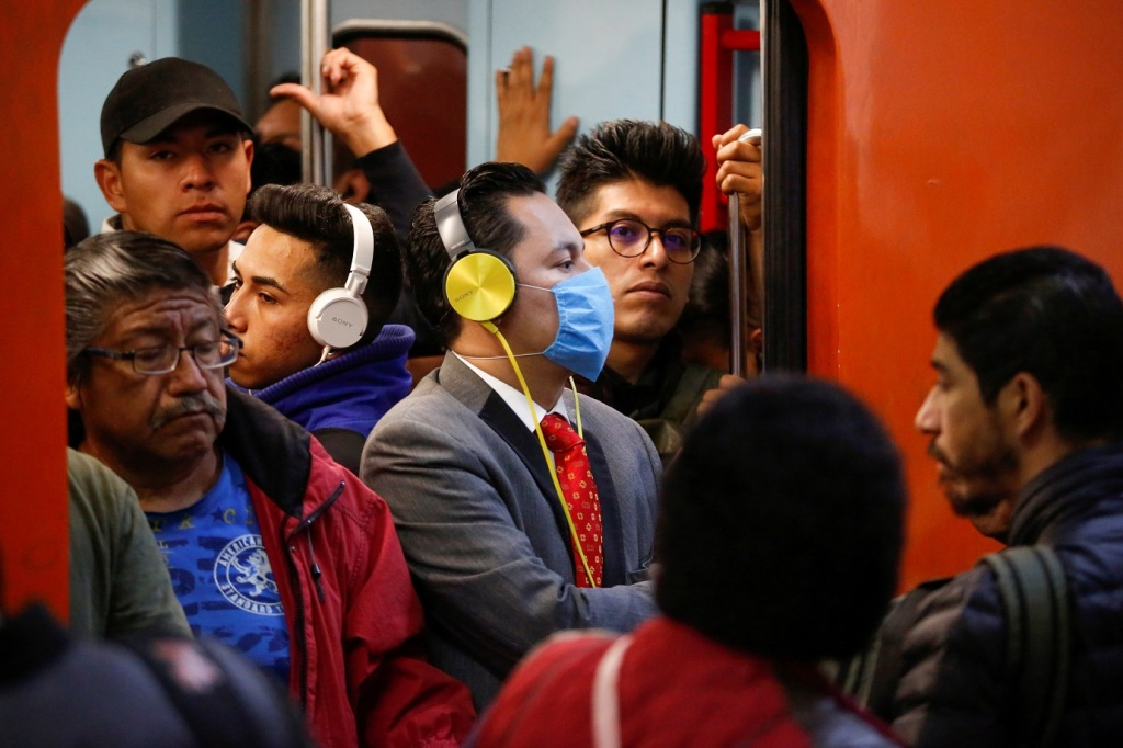 Homem usa máscara contra coronavírus no México: economia do país pode desacelerar 15,5%. Foto por Gustavo Graf/Reuters.