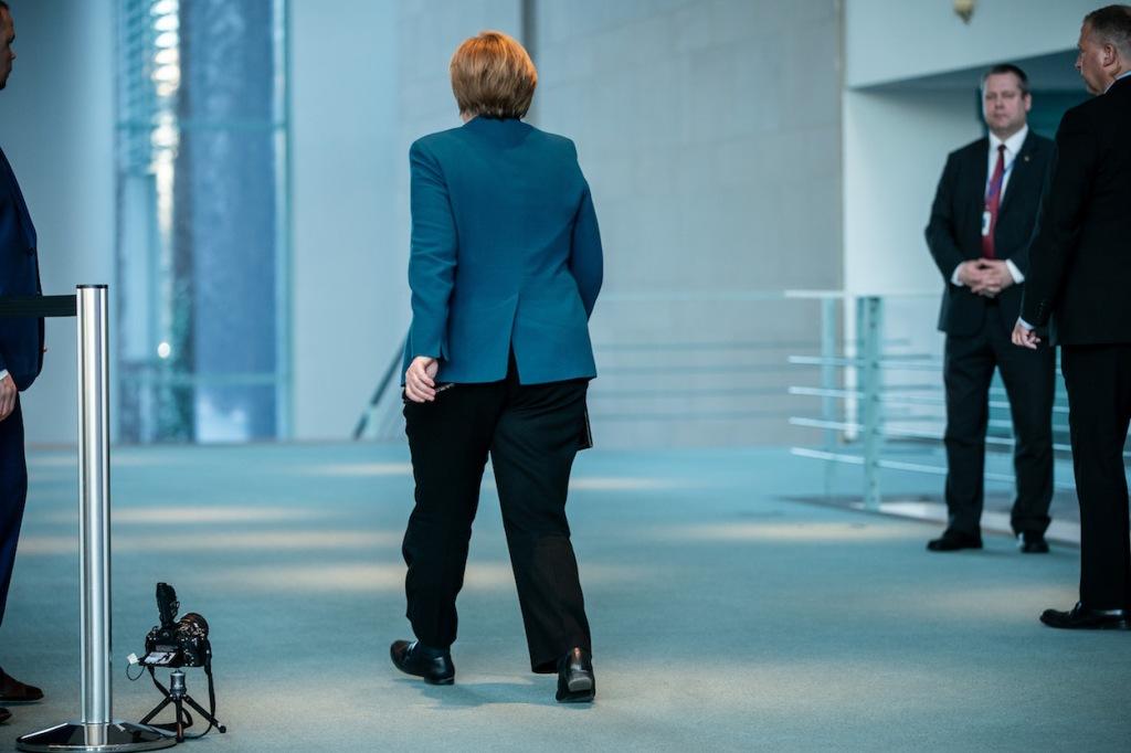 A chanceler alemã Angela Merkel após um pronunciamento à imprensa sobre o surto do novo coronavírus na chancelaria em Berlim, no dia 20 de março de 2020. Foto por Michael Kappeler/AFP.