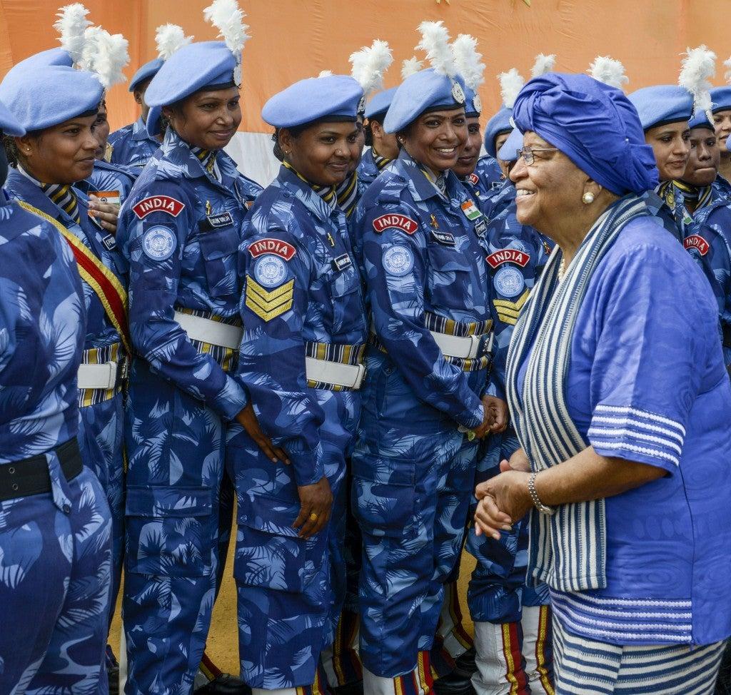 A ex-presidenta da Libéria, Ellen Johnson-Sirleaf se despede das forças de paz indianas em Monróvia (via TheIndianExpress).
