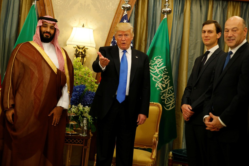 O presidente estadunidense Donald Trump e o conselheiro sênior Jared Kushner (direita), com Mohammed bin Salman. Foto por Jonathan Ernst/Reuters.
