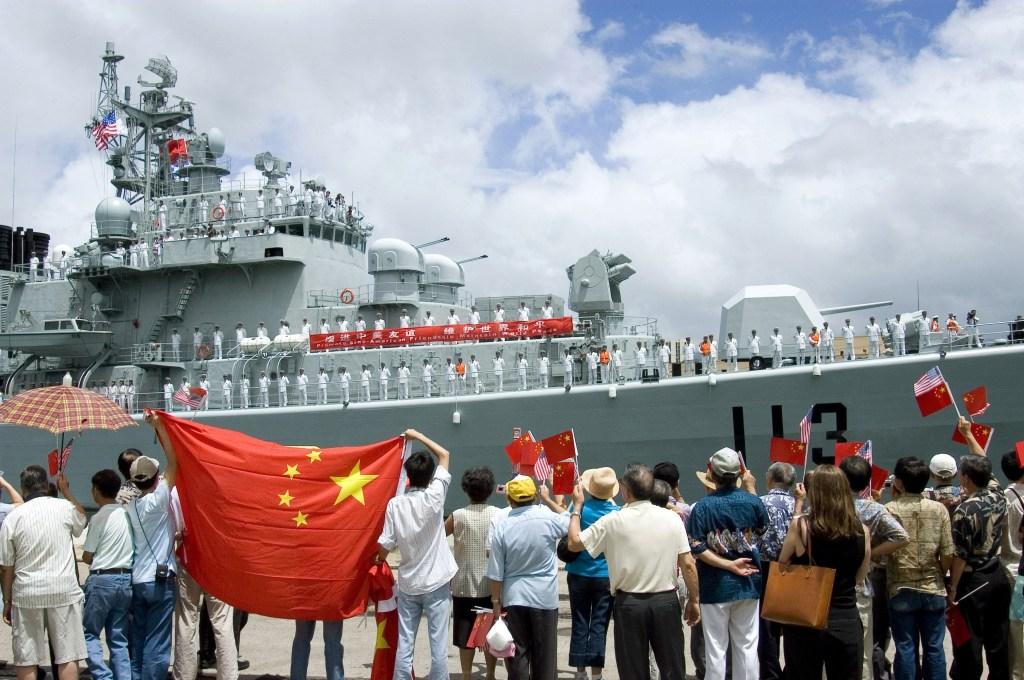 Locais acenam para o destróier da Marinha Chinesa, o Qingdao (DDG 113), que atraca no porto de Pearl Harbor, Havaí. Foto por Ben A. Gonzales/US Navy.