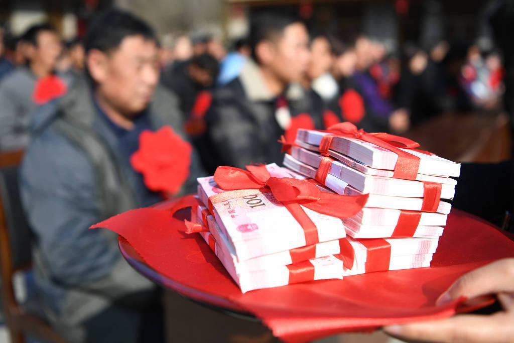 Chineses participam de cerimônia para distribuição anual de dividendos no vilarejo de Daoping na cidade de Longnan, ao noroest da província de Gansu, no dia 7 de janeiro de 2020. Via Xinhua.