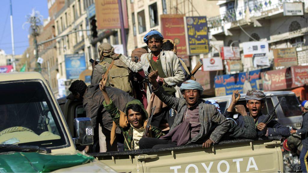 Rebeldes houthis armados em uma caminhonete, do lado de fora da residência do ex-presidente iemenita Ali Abdullah Saleh, em Sanaa, dia 4 de dezembro de 2017. Foto por Mohammed Huwais/AFP.