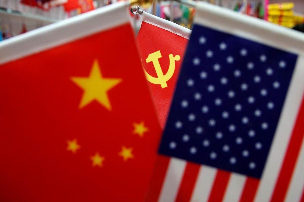 As bandeiras da China, dos Estados Unidos e do Partido Comunista Chinês em uma banca, no mercado de Yiwu, na província Zhejiang, China, 10 de maio de 2019. Foto por Aly Song/REUTERS.