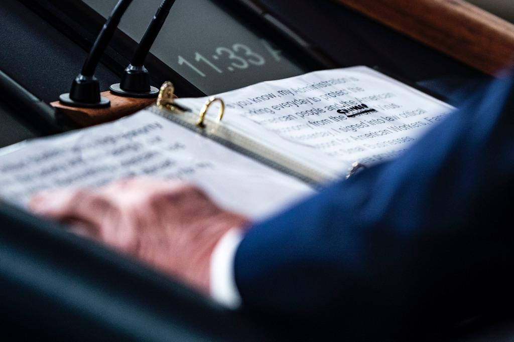 """Foto do discurso de Donald Trump no dia 19 de março onde observa-se como se riscou a palavra """"corona"""" e a substituiu por """"chinês"""" ao descrever o Covid-19. Foto por Jabin Botsford/The Washington Post."""