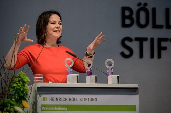 A co-presidente verde Annalena Baerbock durante a conferência da Associação dos Industriais Alemães, clamando para que o capitalismo europeu (alemão) assegure sua posição no mundo. Foto por Stephan Röhl.