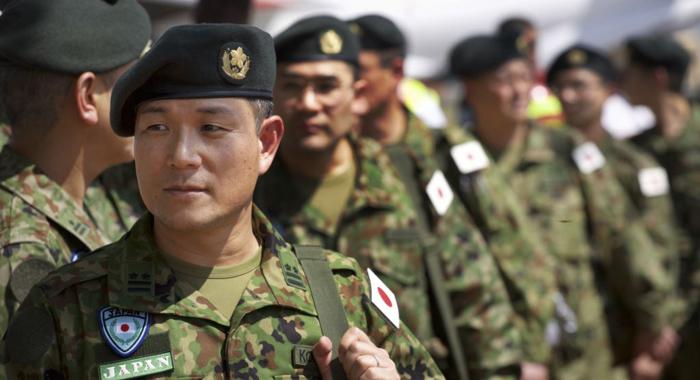 Membros da Forças de Autodefesa do Japão chegam ao aeroporto de Juba, no Sudão do Sul em 2016 (via: english.chosun.com)
