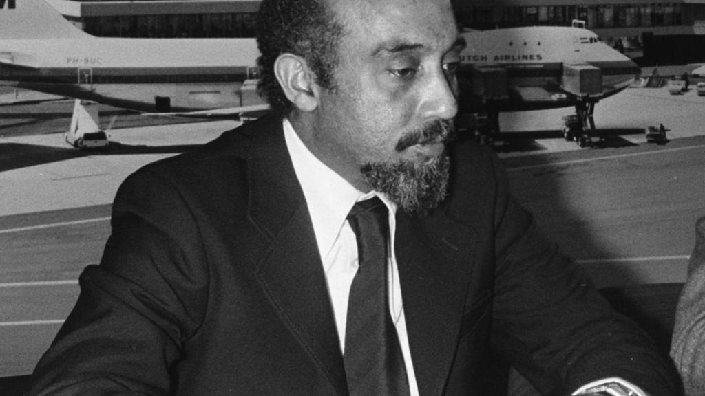 Marcelino dos Santos, vice-presidente da FRELIMO, no aeroporto de Schiphol, em Amsterdã, Holanda, no dia 29 de abril de 1975. Via Arquivo Nacional Holandês.
