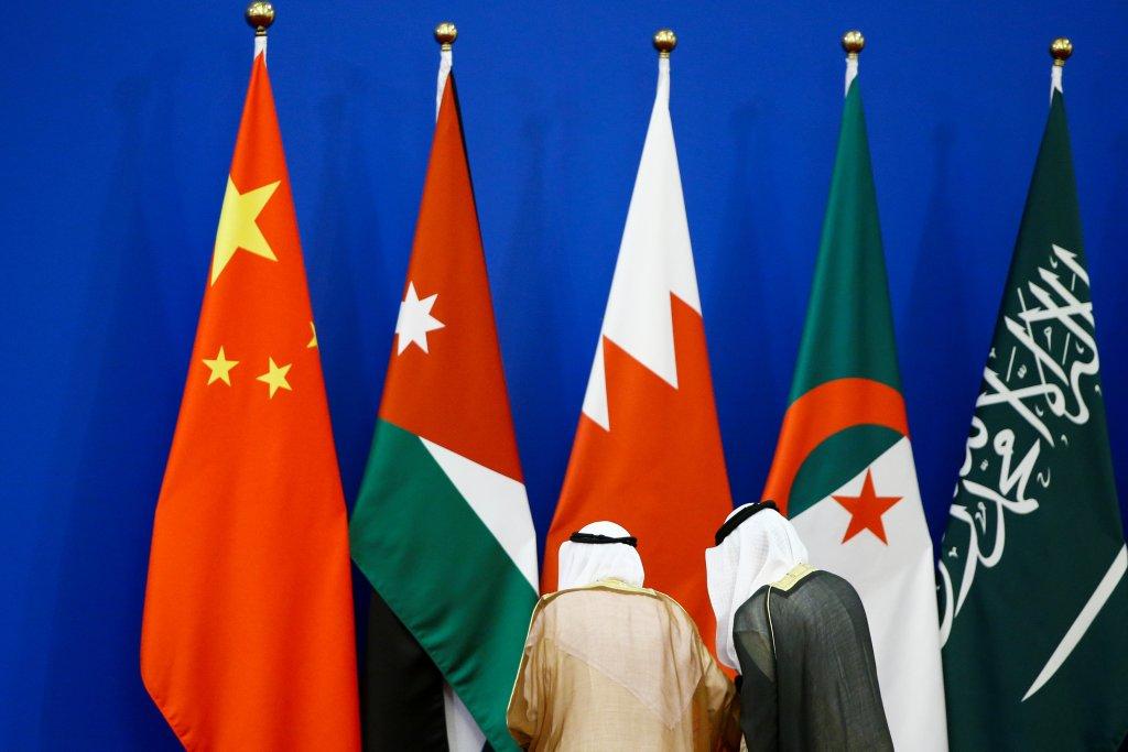 Bandeiras da China e de países árabes no Grande Salão do Povo, em Pequim, dia 10 de julho de 2018. Foto por Thomas Peter/Reuters.