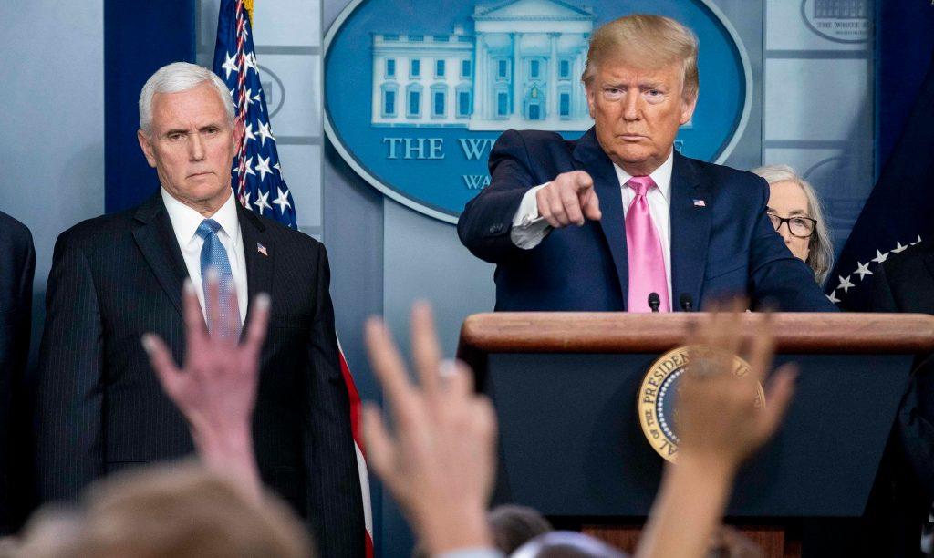 Donald Trump e Mike Pence com membros da Força-Tarefa do Coronavírus, em coletiva de imprensa na Casa Branca, 26 de fevereiro de 2020. Foto por D. Myles Cullen/White House.