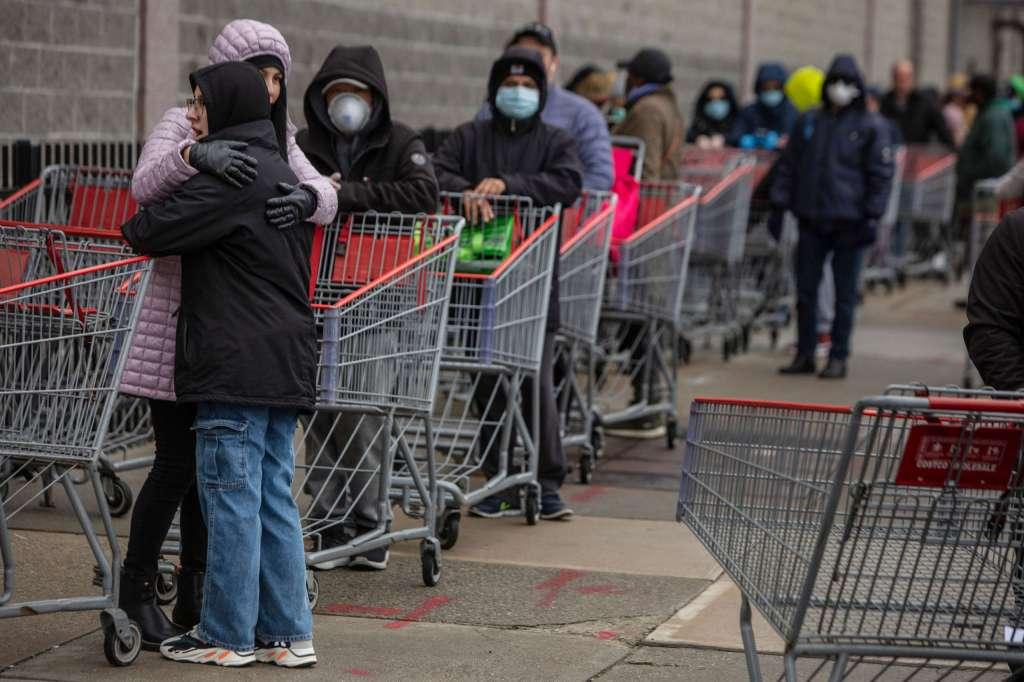 Clientes enfileirados para fazer compras em uma loja Costco em Brooklyn, conforme a epidemia de COVID-19 continua, dia 19 de março de 2020, na cidade de Nova Iorque. Foto por Victor J. Blue/Getty Images.
