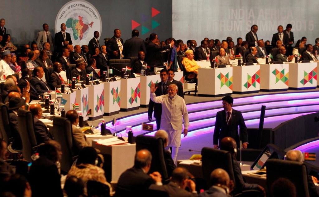 O primeiro-ministro indiano, Narendra Modi, acena aos delegados africanos durante o encontro do Fórum Índia-África em 2015. Via newindianexpress.com