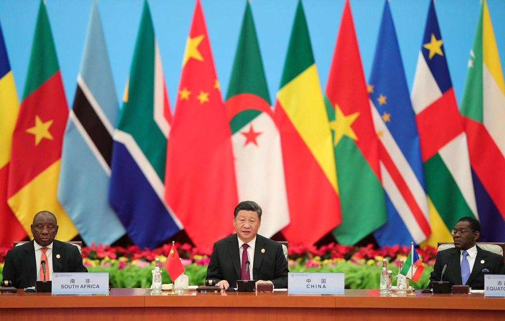 O presidente chinês Xi Jinping (centro) fala ao lado dos presidentes sul-africano Cyril Ramaphosa (esquerda) e guinéu-equatoriano Teodoro Obiang Nguema Mbasogo (direita), durante o Fórum de Cooperação China-África, no Grande Salão Popular em Pequim, no dia 4 de setembro de 2018. Foto por Lintao Zhang/POOL/AFP.