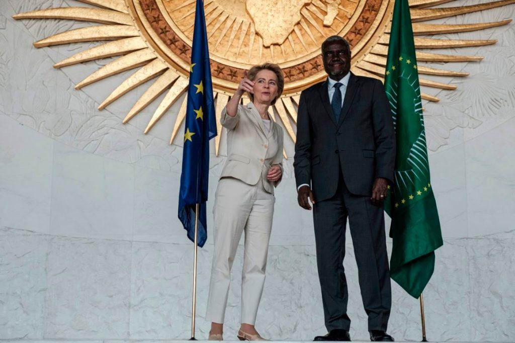 A presidente da Comissão Européia, Ursula von der Leyen, e o presidente da União Africana, Moussa Faki Mahamat, durante visita da primeira à sede da União Africana em Adis Abeba, a capital da Etiópia. Foto por Eduardo Soteras/AFP.