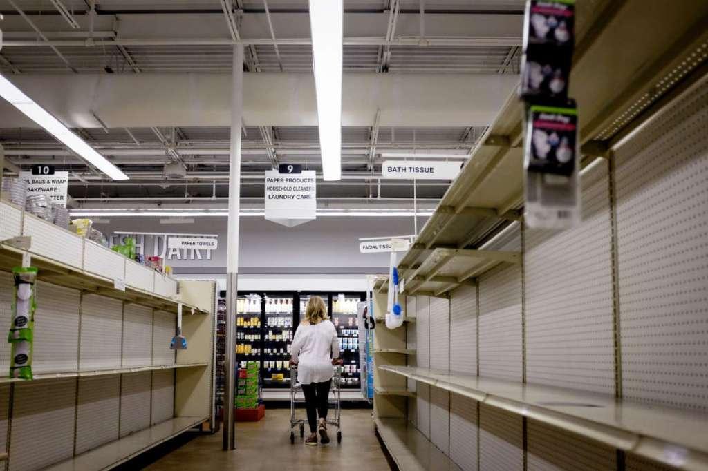 Prateleiras praticamente vazias são vistas em um supermercado em Miami, Flórida, no dia 20 de março de 2020. Foto por Marco Bello/Anadolu Agency.