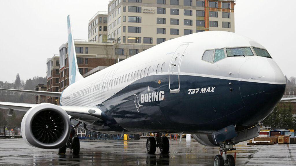 Os jatos 737 Max da Boeing foram retirados de circulação em março de 2019, após dois acidentes nesse mesmo mês e em outubro de 2018, que causaram a morte de 346 pessoas e levantaram dúvidas sobre a fabricante de aviões e as reguladoras de aviação estadunidenses. Via AP Photo.