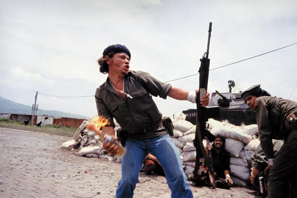 """A famosa foto chamada de """"molotov man"""", de Susan Meiselas, 1979. Retrata o guerrilheiro nicaraguense Pablo de Jesus """"Bareta"""" Araúz, lançando um molotov em direção a um dos últimos quartéis da guarda nacional de Somoza."""