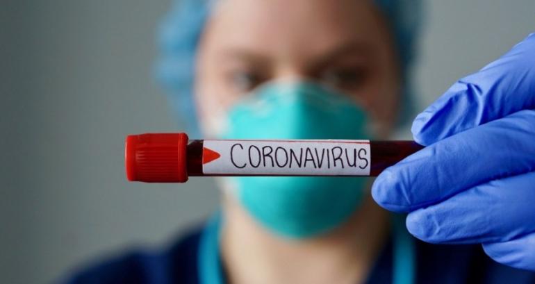 Médica colombiana segura exame de sangue. Via periferiaprensa.com