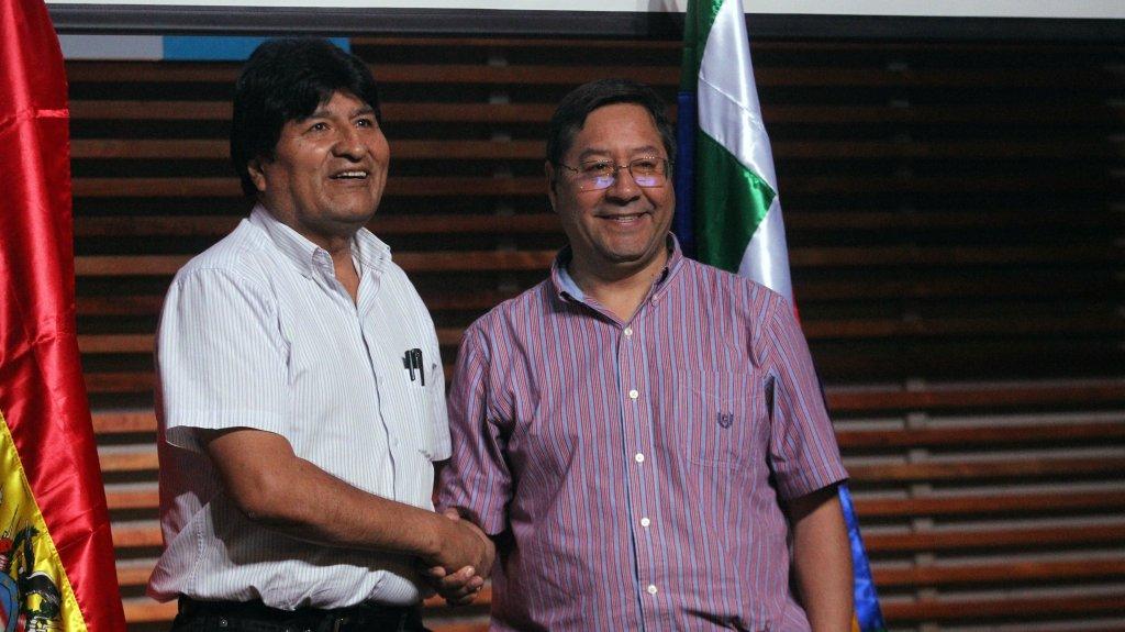 Ex-presidente boliviano Evo Morales (esquerda) e o atual candidato à presidência pelo Movimento para o Socialismo (MAS), Luis Arce (direita), durante coletiva de imprensa em Buenos Aires, Argentina, 27 de janeiro de 2020. Foto por Aitor Pereira/EFE.