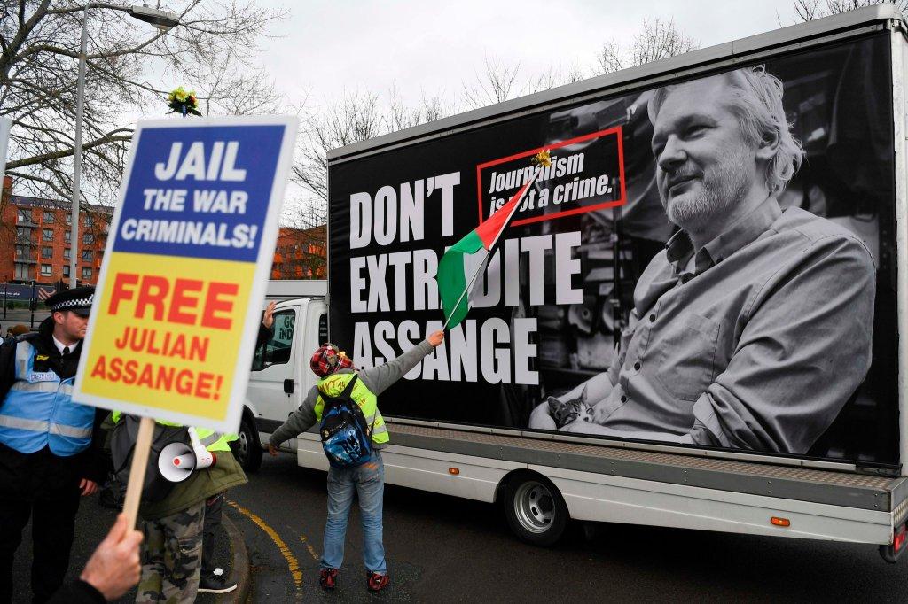 Um protesto em apoio ao fundador do Wikileaks, Julian Assange, em frente a um tribunal em Londres. Sua pena pode chegar a 175 anos caso seja condenado por todas as acusações que enfrenta nos EUA. Foto por Daniel Leal-Olivas/Agence France-Presse.