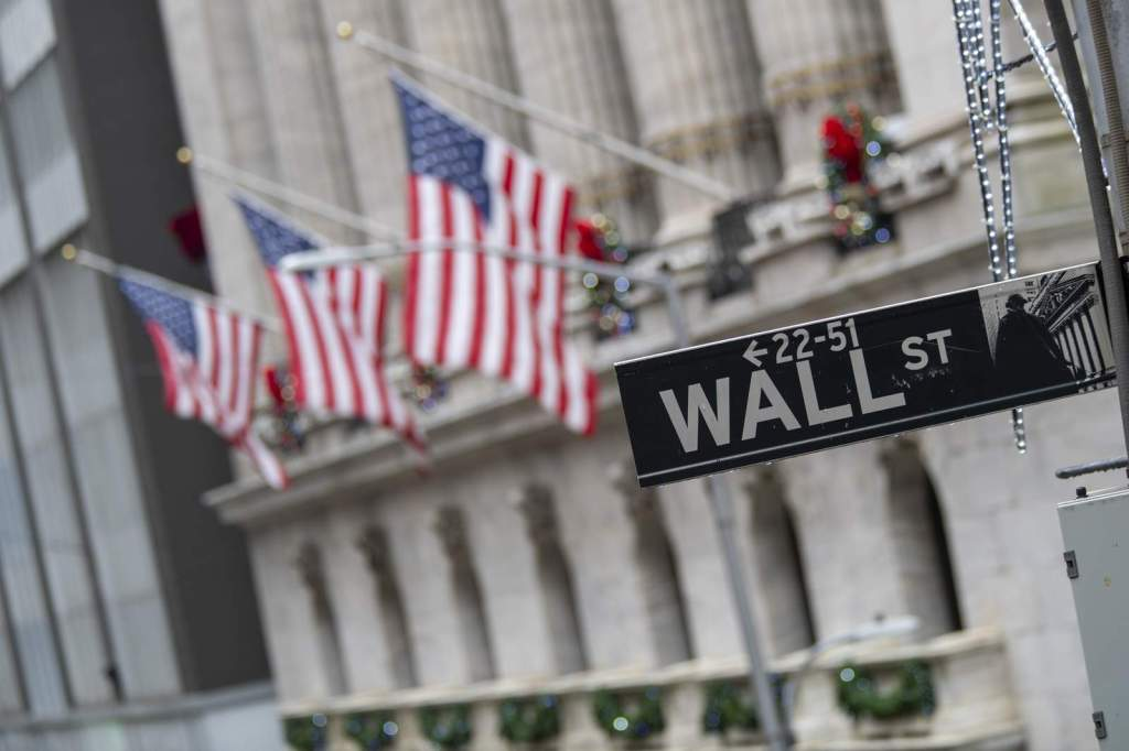 Placa da Wall Street, próxima ao New York Stock Exchange. Via Associated Press.