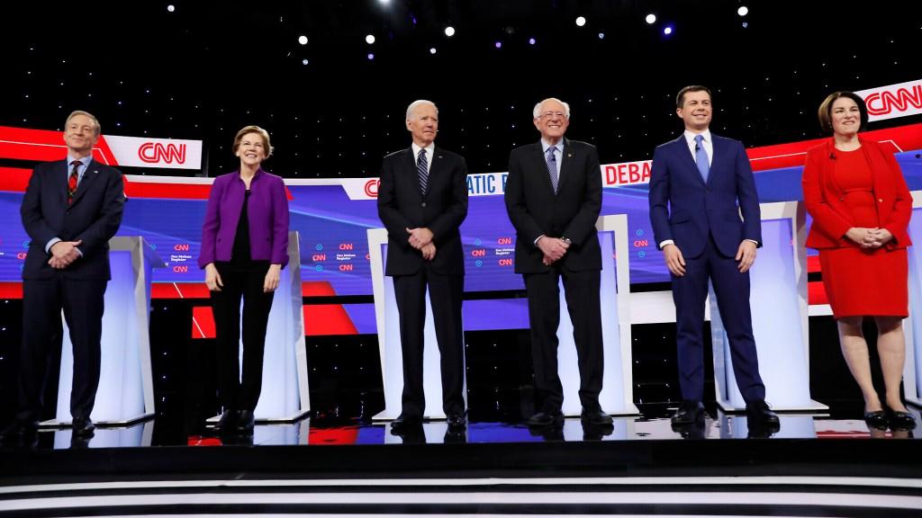 Candidatos democratas que participaram do primeiro debate de 2020, no dia 14 de janeiro na CNN, da esquerda para a direita: Tom Steyer, Elizabeth Warren, Joe Biden, Bernie Sanders, Pete Buttigieg e Amy Klobuchar. Foto por Charlie Neibergall/AP.