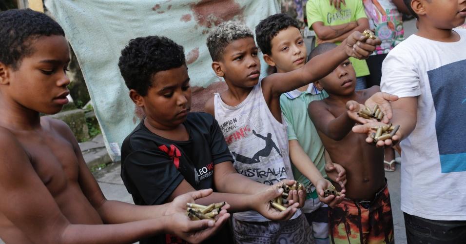 """A rapina das riquezas do Brasil por meia dúzia de banqueiros através do sistema da dívida dita """"pública"""" condena nossas crianças ao convívio diário com a violência brutal nas periferias das grandes cidades. Foto por Silvia Izquierdo/AP."""