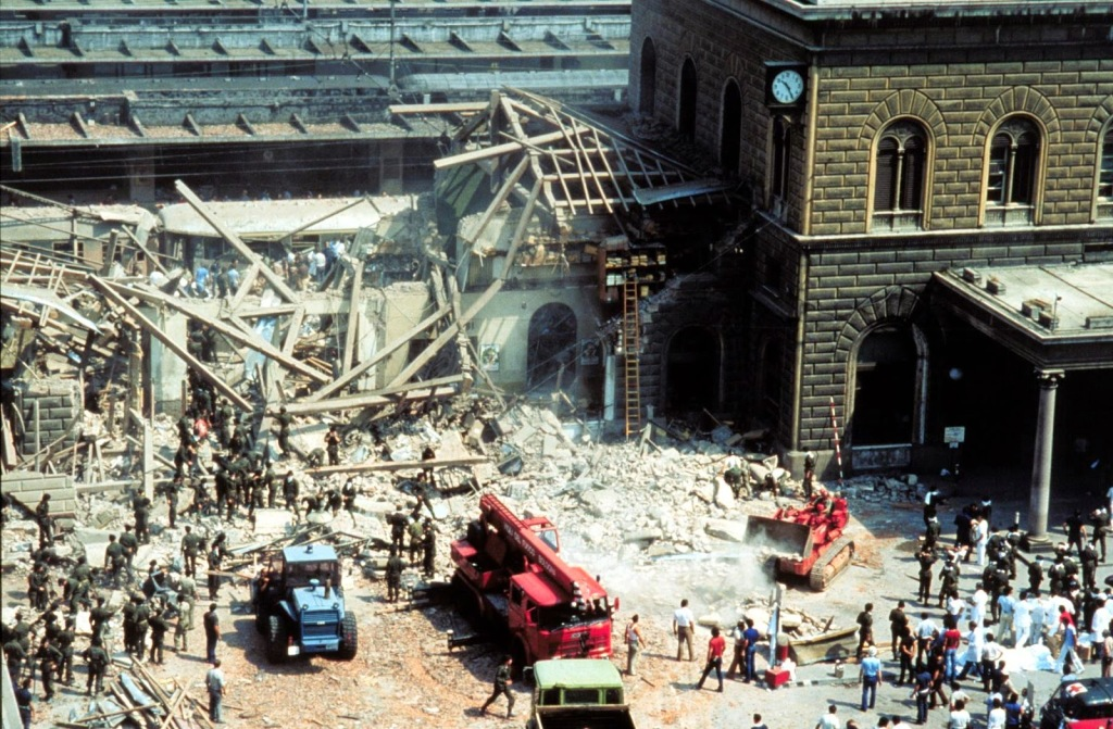 Ala oeste da estação de Bolonha, totalmente destruída após a explosão da bomba que causou o massacre em agosto de 1980. Foto por Beppe Briguglio.