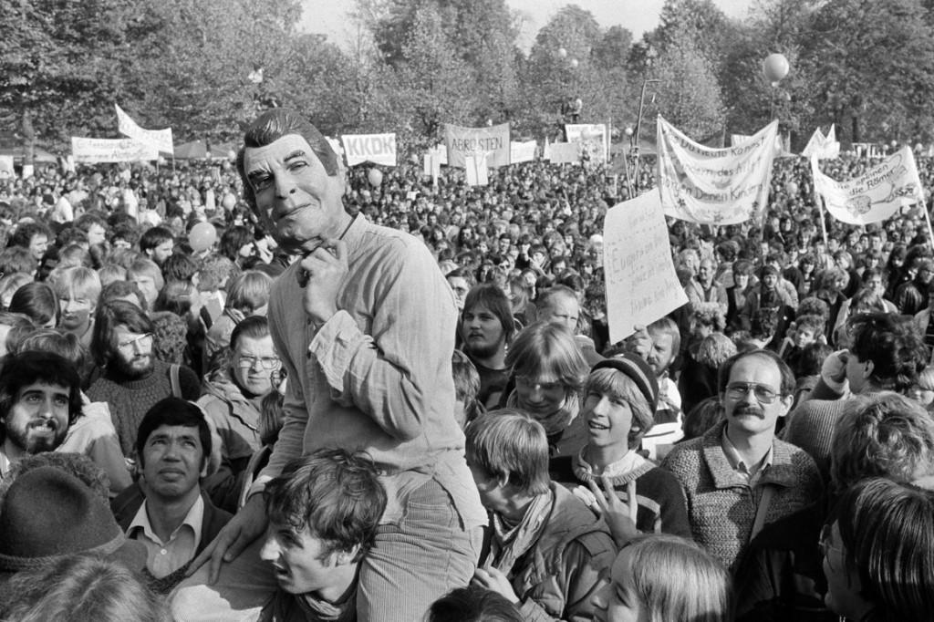 Manifestante veste máscara de Ronald Reagan em protesto em Bonn, Alemanha Ocidental, no dia 22 de outubro de 1983, contra os planos da OTAN de plantar novos mísseis nucleares no país. Foto por Helmuth Lohmann.