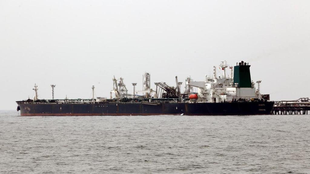 Um petroleiro iraniano atraca em uma instalação de petróleo na ilha de Kharg, no Golfo Pérsico. Foto via AFP.