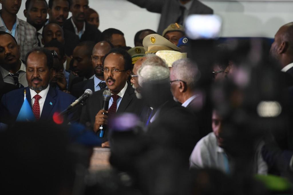 O recém-eleito presidente da Somália, Mohamed Abdullahi Mohamed (conhecido como Farmajo) discursa ao lado do ex-presidente Hasan Sheikh Mohamud (à esquerda) no aeroporto de Mogadishu no dia 8 de fevereiro de 2017. Foto por Ilyas Ahmed/UN.