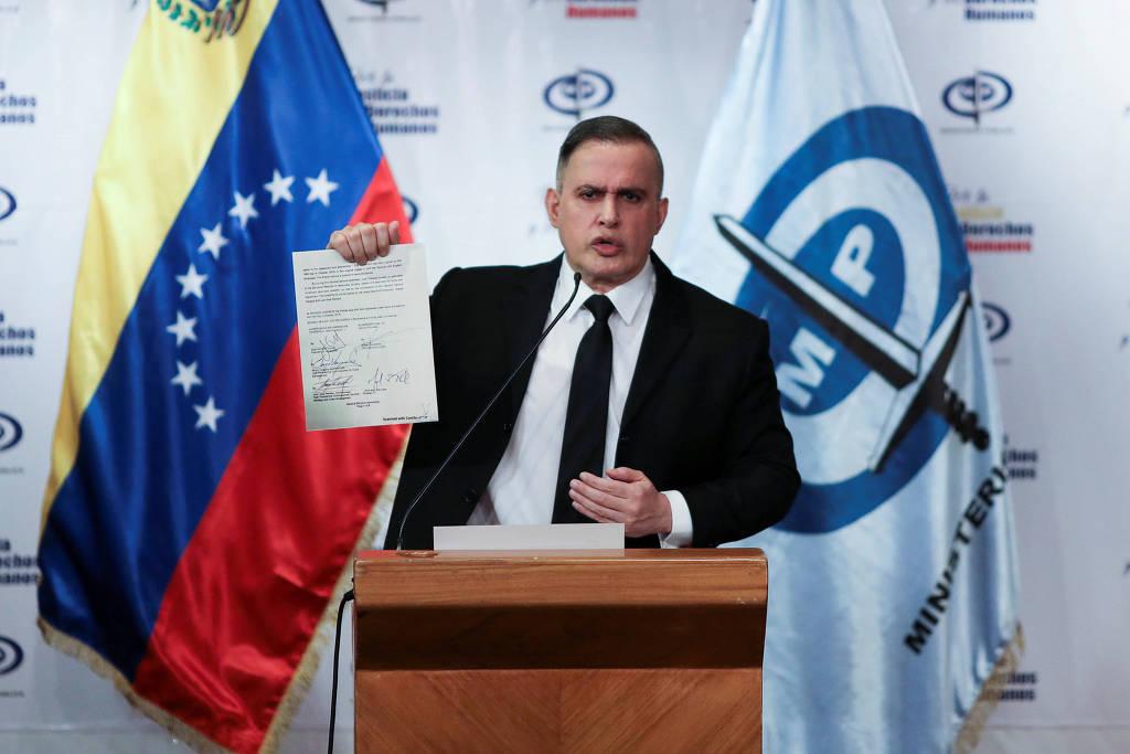 O procurador-geral venezuelano, Tarek William Saab, mostra uma foto do contrato supostamente assinado por Juan Guaidó com mercenários estadunidenses. Foto por Manaure Quintero/Reuters.