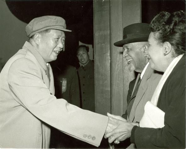 Mao Zedong cumprimentando Shirley e W.E.B Du Bois na China em 1959. Foto dos Arquivos e Coleções Especiais da Biblioteca Amherst da Universidade de Massachusetts.