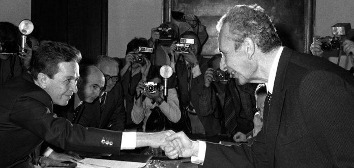 """O """"compromisso histórico"""" entre Enrico Berlinguer (à esquerda) e Aldo Moro (à direita). Foto via Wall Street International."""