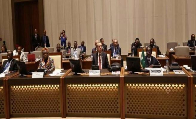Nkosazana Dlamini Zoma, a presidenta da Comissão da União Africana, o presidente turco Recep Erdogan e o ex-presidente da União Africana, Hailemariam Desalegn em Malabo. Via worldbulletin.net.