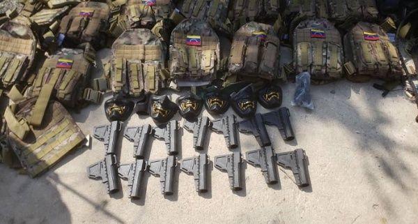 Um grande arsenal de armas foi confiscado dos mercenários. Foto por Governo da Venezuela.