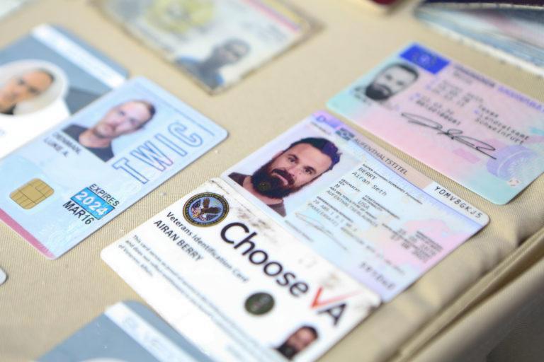Documentos de identidade que provam a presença de ex-soldados estadunidenses dentre os mercenários. Foto por Governo da Venezuela.