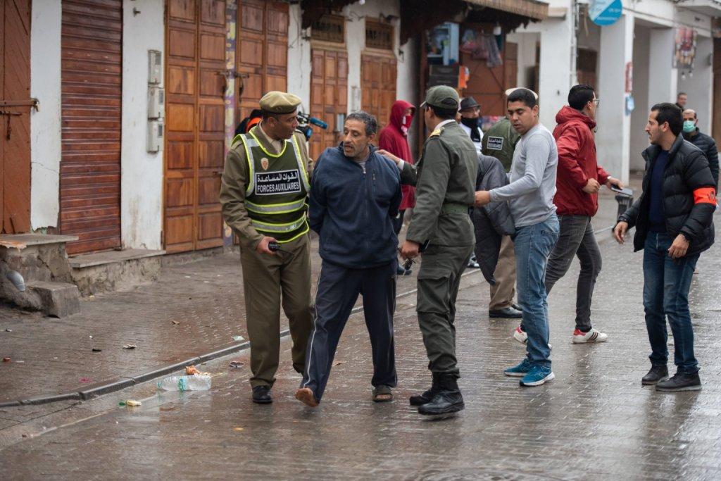 Ordem das forças de segurança para não sair de casa após a declaração de estado de emergência como precaução contra o coronavírus em Rabate, Marrocos, no dia 20 de março de 2020. Foto por Jalal Morchidi.