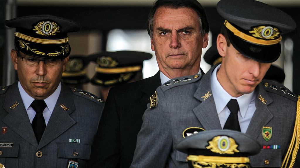 """Bolsonaro não passa de uma """"bucha de canhão"""" para que o setor entreguista do exército saia ileso de sua traição nacional. Foto por Eduardo Anizelli."""