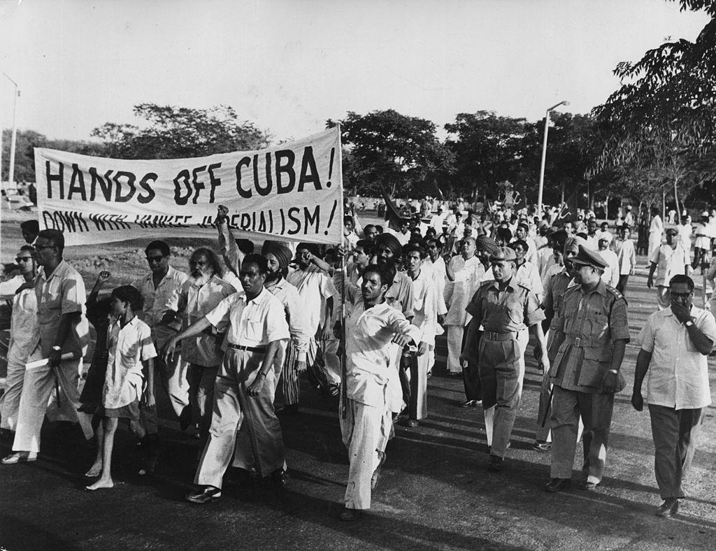 Membros do Partido Comunista da Índia marchando em direção à embaixada estadunidense em manifestação contra a intervenção em Cuba, durante a invasão da Baía dos Porcos, em 21 de abril de 1961. Foto por Central Press.