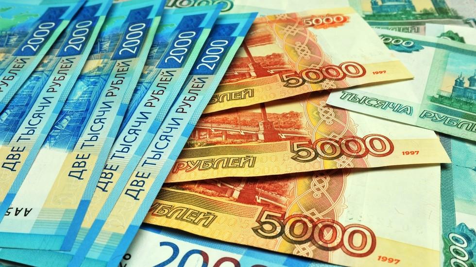 Cédulas da moeda russa, o rublo, que apesar da imensa queda nos preços do petróleo, conseguiu conter sua desvalorização nas mesmas proporções. Foto por Aleksey Sukhorukov.