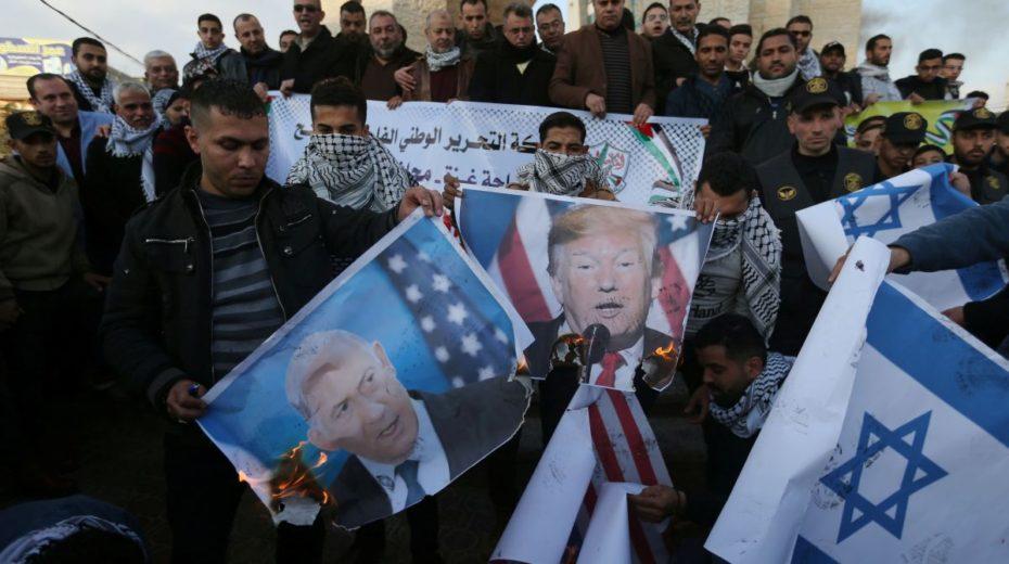 Manifestantes palestinos protestando contra a colonização israelense, apoiada pelos Estados Unidos. Foto por Ibraheem Abu Mustafa.