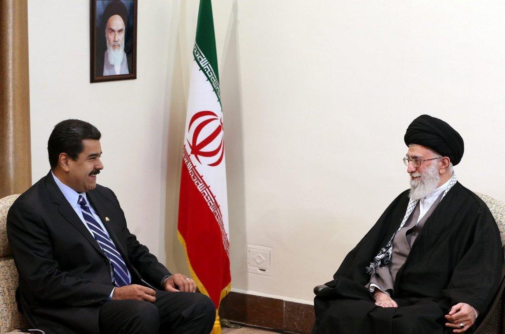 O presidente venezuelano, Nicolás Maduro, se encontra com o líder supremo do Irã, Ali Khamenei, em Teerã, 2015. Foto via Governo do Irã.