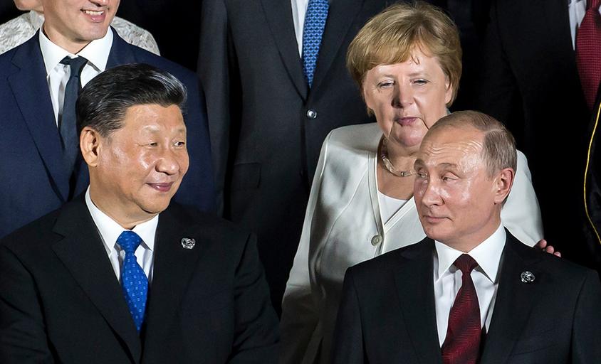 Angela Merkel, a chanceler alemã, se aproxima dos presidentes chinês e russo, Xi Jinping e Vladimir Putin. Foto por Tomohiro Ohsumi.