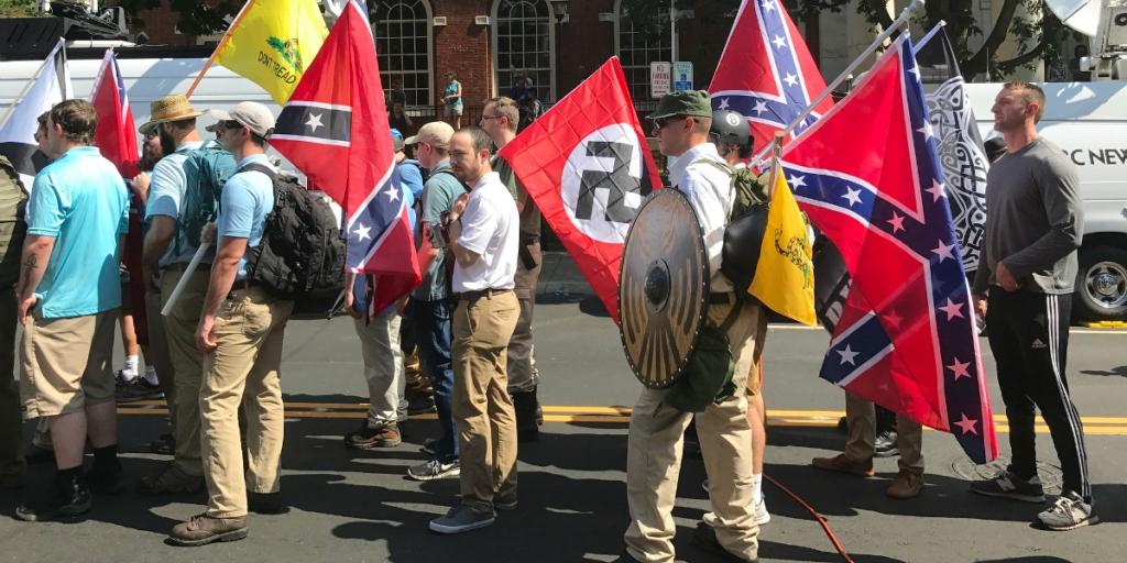 """Manifestantes de extrema-direita reunidos na marcha """"Unite the Right"""" em Charlottesville, nos Estados Unidos, em 2017. Foto por Tony Crider."""