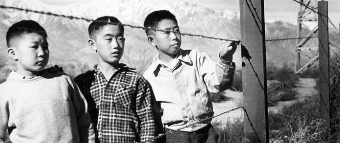 Da esquerda para a direita: Bob Takamoto, Bruce Sansui e Mas Ooka, no Campo de Manzanar. Via abc.es