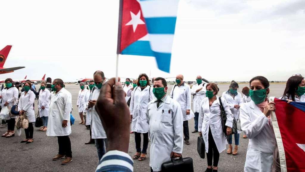 Cuba está na linha de frente da luta contra a pandemia, enviando médicos e enfermeiros para 19 nações ao redor do mundo. Foto via Ministério de Relações Exteriores de Cuba.