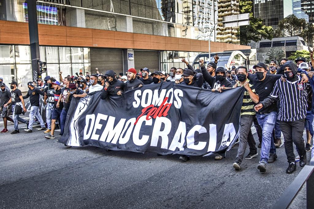 Setores das torcidas organizadas puxaram uma manifestação antifascista nos últimos dias, no entanto, é importante não deixar de lado a contradição central que atualmente condena o Brasil à condição de colônia financeira: o rentismo. Foto via FOTOARENA.