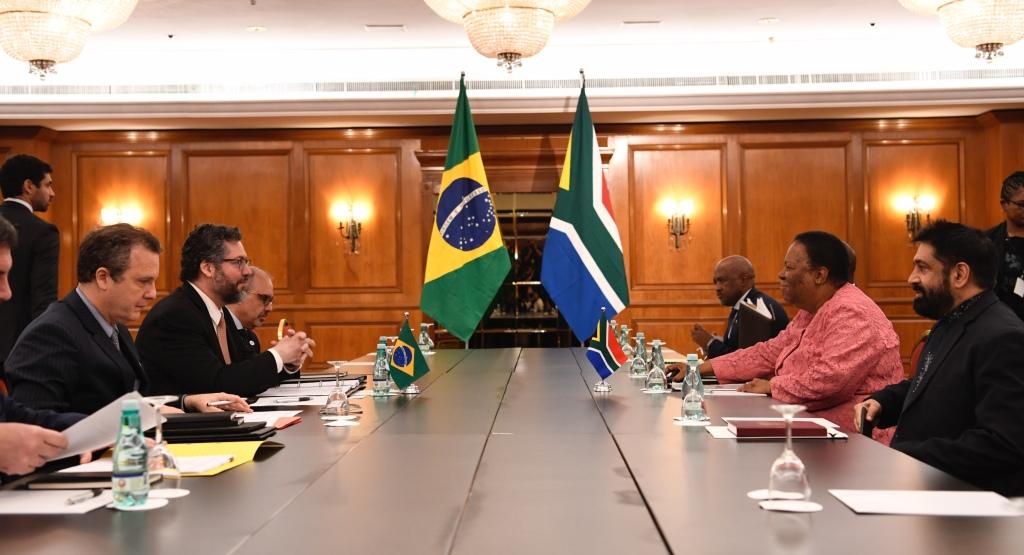 O ministro Ernesto Araújo e a sua contraparte sul-africana, Naledi Pandor, durante 3ª Reunião de Ministros das Relações Exteriores do Brics, no Rio de Janeiro, em 2019. Foto por Arthur Max.