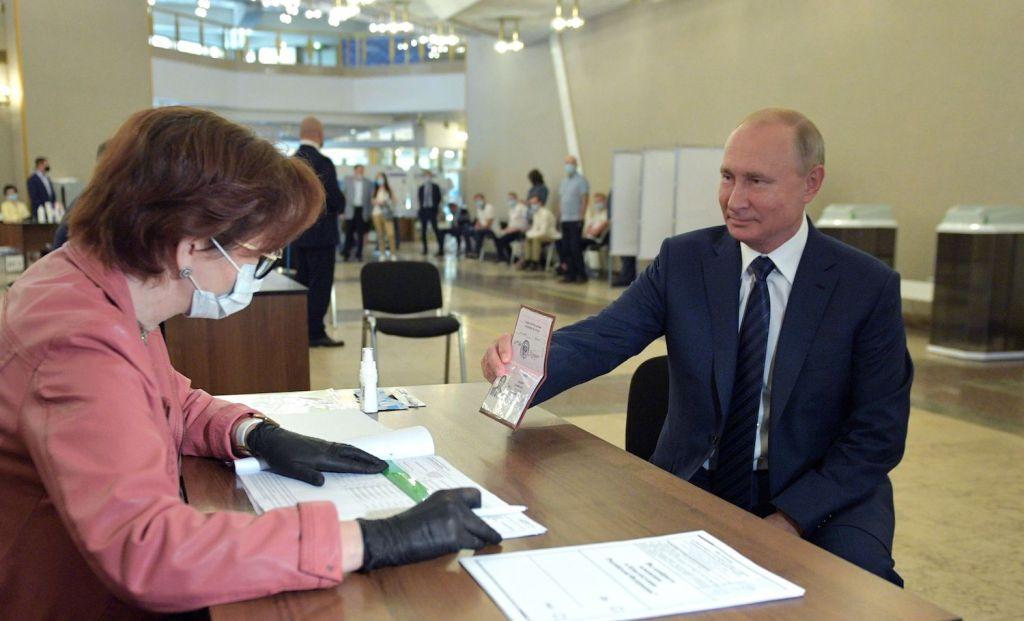 O presidente russo, Vladimir Putin, registra seu voto em Moscou no referendo das reformas constitucionais no dia 1º de julho de 2020. Foto por Alexey Druzhinin.